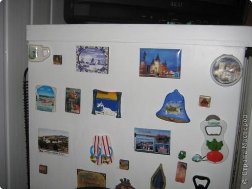 Это финишная фотка моего преобразившегося дачного холодильника. Еще в прошлом году я затеяла его обновить. Он был грязный ржавый и весь покрыт неудачно маскирующими все это магнитами.  Итак! Я купила белую краску по ржавчине, смело покрыла обезжиреную поверхность и начала декупажировать... фото 3