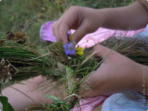 Травяная кукла гуляет в березовой роще.. Делали вместе с дочкой 6,5 лет.  фото 2