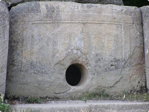 """Дольмены - древние каменные сооружения, чьи загадки до сих пор будоражат как профессиональных археологов, так и простых туристов. В переводе с кельтского языка """"дольмен"""" означает """"каменный стол"""". Археологи считают, что дольмены- ровесники египетских пирамид.  На Кавказе их было более 7 тысяч, но вследствие разрушительного течения времени и людей их осталось около 150.  фото 2"""
