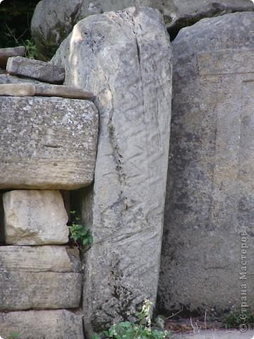 """Дольмены - древние каменные сооружения, чьи загадки до сих пор будоражат как профессиональных археологов, так и простых туристов. В переводе с кельтского языка """"дольмен"""" означает """"каменный стол"""". Археологи считают, что дольмены- ровесники египетских пирамид.  На Кавказе их было более 7 тысяч, но вследствие разрушительного течения времени и людей их осталось около 150.  фото 4"""