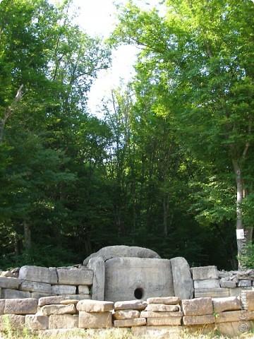 """Дольмены - древние каменные сооружения, чьи загадки до сих пор будоражат как профессиональных археологов, так и простых туристов. В переводе с кельтского языка """"дольмен"""" означает """"каменный стол"""". Археологи считают, что дольмены- ровесники египетских пирамид.  На Кавказе их было более 7 тысяч, но вследствие разрушительного течения времени и людей их осталось около 150.  фото 1"""