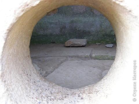 """Дольмены - древние каменные сооружения, чьи загадки до сих пор будоражат как профессиональных археологов, так и простых туристов. В переводе с кельтского языка """"дольмен"""" означает """"каменный стол"""". Археологи считают, что дольмены- ровесники египетских пирамид.  На Кавказе их было более 7 тысяч, но вследствие разрушительного течения времени и людей их осталось около 150.  фото 3"""