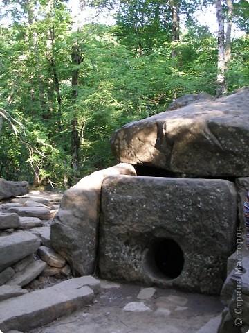"""Дольмены - древние каменные сооружения, чьи загадки до сих пор будоражат как профессиональных археологов, так и простых туристов. В переводе с кельтского языка """"дольмен"""" означает """"каменный стол"""". Археологи считают, что дольмены- ровесники египетских пирамид.  На Кавказе их было более 7 тысяч, но вследствие разрушительного течения времени и людей их осталось около 150.  фото 6"""