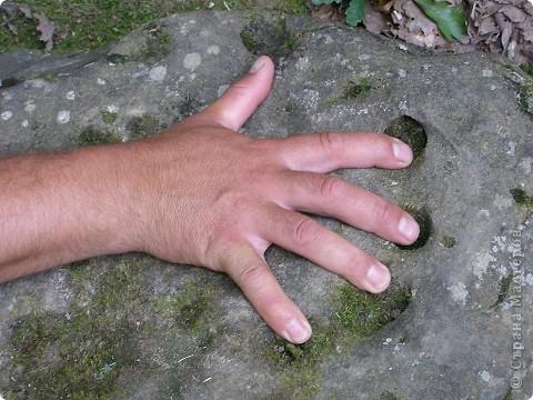 """Дольмены - древние каменные сооружения, чьи загадки до сих пор будоражат как профессиональных археологов, так и простых туристов. В переводе с кельтского языка """"дольмен"""" означает """"каменный стол"""". Археологи считают, что дольмены- ровесники египетских пирамид.  На Кавказе их было более 7 тысяч, но вследствие разрушительного течения времени и людей их осталось около 150.  фото 7"""