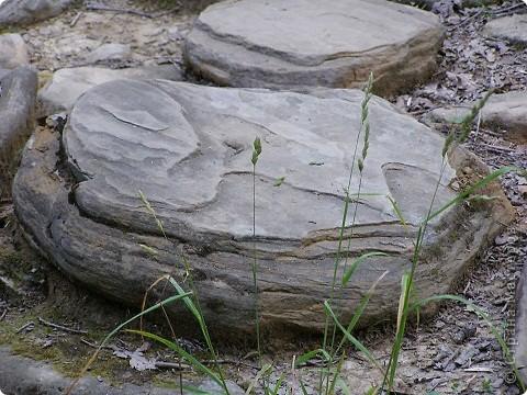 """Дольмены - древние каменные сооружения, чьи загадки до сих пор будоражат как профессиональных археологов, так и простых туристов. В переводе с кельтского языка """"дольмен"""" означает """"каменный стол"""". Археологи считают, что дольмены- ровесники египетских пирамид.  На Кавказе их было более 7 тысяч, но вследствие разрушительного течения времени и людей их осталось около 150.  фото 8"""