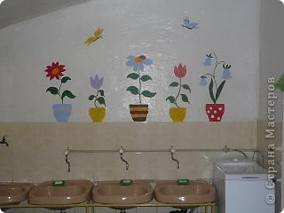 """и """"зацвел"""" умывальник  решили попробовать рисование на стене гуашью смешанной с ПВА, цветник не размазывается фото 2"""