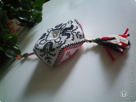 Это бискорню - такая японская штучка. Может использоваться как игольница.