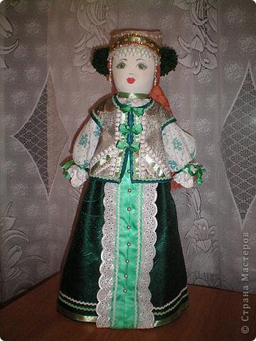 Первое знакомство с народной куклой отношу в далекое детство. В возрасте пяти лет меня привезли в деревню к бабушке. А когда родители уехали,обнаружилось,что дома забыли всех кукол. Я подняла страшный рёв! И тогда бабушка села делать мне куклу из тряпочек,ниточек. Помню что волосы были из черной овечьей шерсти,косы с ленточками. Я смотрела как рождается кукла.С этого все и началось...И на всю жизнь! фото 7