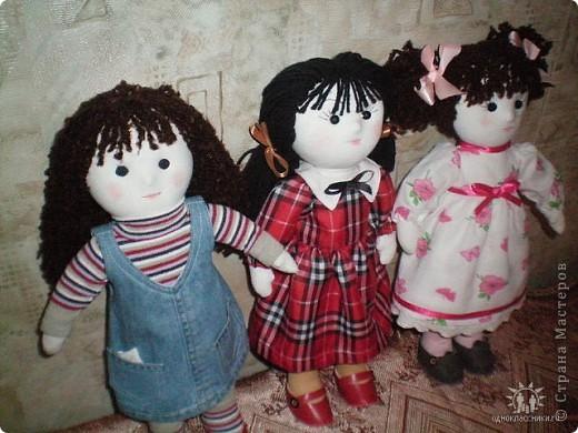 Первое знакомство с народной куклой отношу в далекое детство. В возрасте пяти лет меня привезли в деревню к бабушке. А когда родители уехали,обнаружилось,что дома забыли всех кукол. Я подняла страшный рёв! И тогда бабушка села делать мне куклу из тряпочек,ниточек. Помню что волосы были из черной овечьей шерсти,косы с ленточками. Я смотрела как рождается кукла.С этого все и началось...И на всю жизнь! фото 1