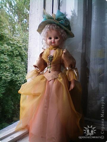 Первое знакомство с народной куклой отношу в далекое детство. В возрасте пяти лет меня привезли в деревню к бабушке. А когда родители уехали,обнаружилось,что дома забыли всех кукол. Я подняла страшный рёв! И тогда бабушка села делать мне куклу из тряпочек,ниточек. Помню что волосы были из черной овечьей шерсти,косы с ленточками. Я смотрела как рождается кукла.С этого все и началось...И на всю жизнь! фото 5