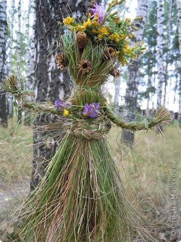 Травяная кукла гуляет в березовой роще.. Делали вместе с дочкой 6,5 лет.  фото 1