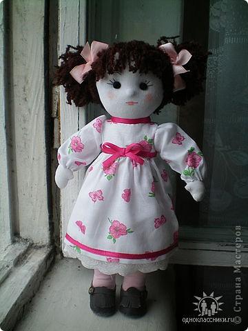 Первое знакомство с народной куклой отношу в далекое детство. В возрасте пяти лет меня привезли в деревню к бабушке. А когда родители уехали,обнаружилось,что дома забыли всех кукол. Я подняла страшный рёв! И тогда бабушка села делать мне куклу из тряпочек,ниточек. Помню что волосы были из черной овечьей шерсти,косы с ленточками. Я смотрела как рождается кукла.С этого все и началось...И на всю жизнь! фото 4