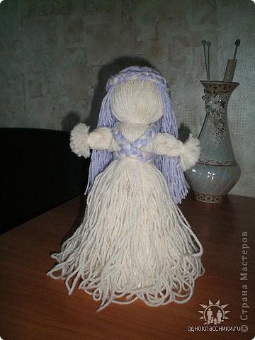 Первое знакомство с народной куклой отношу в далекое детство. В возрасте пяти лет меня привезли в деревню к бабушке. А когда родители уехали,обнаружилось,что дома забыли всех кукол. Я подняла страшный рёв! И тогда бабушка села делать мне куклу из тряпочек,ниточек. Помню что волосы были из черной овечьей шерсти,косы с ленточками. Я смотрела как рождается кукла.С этого все и началось...И на всю жизнь! фото 12