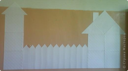 Стену оформила аппликацией из потолочной плитки. фото 1