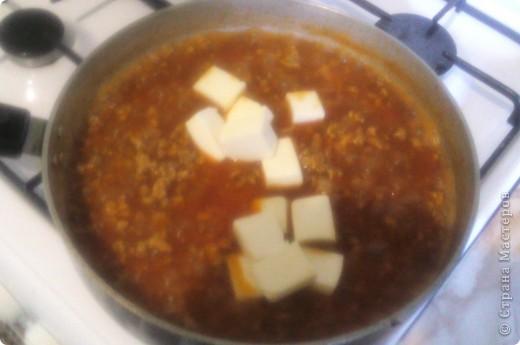 Мы называем это блюдо итальянской подливкой. Не знаю насколько она итальянская, но вкусная и сытная это точно. Готовится из доступных продуктов и самое главное очень быстро. Нам понадобится: фарш 500 гр. большая луковица 1 ст. ложка томатной пасты любой плавленый сырок  1 стакан воды соль,перец по вкусу фото 6
