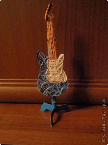 Мы с сестрой очень любим гитару! Увидела на днях в Стране Мастеров интересную идею и решила повторить) Думаю, сестре понравится... и я очень люблю смотреть как она радуется, когда я ей дарю свои поделки!!! фото 2