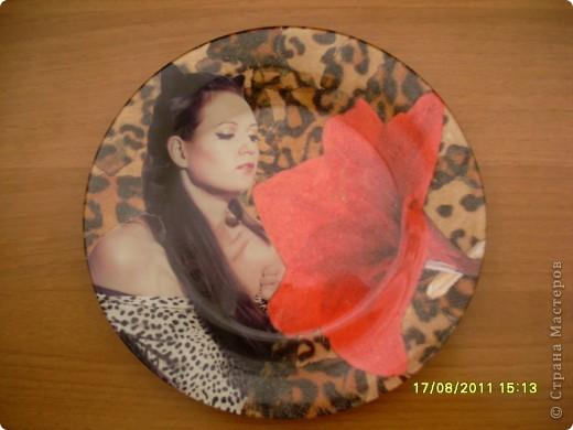 Вот такая получилась у меня тарелочка к Дню рождения подруги (тарелка, фотография, салфетка, акриловые краски и лак). фото 1