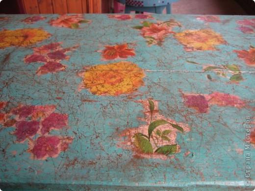 Ссылаюсь на свою переделку древнего стола 50-ых в 2010 году: http://stranamasterov.ru/node/154087. Кажется на фотографии в 2010 году стол выглядел лучше ) Но меня раздражало, что цвет столешницы не подходит к цвету ножек и подстолья. Слишком много намешала цветов не очень сочетающихся друг с другом: бежевый, травяной зеленый и салатовый. Наверное поэтому он и испортился под дождем. фото 2