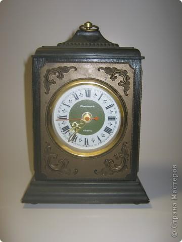 После бывших жильцов нашей квартиры у нас остались старые часы. Я их отмыла, почистила, дед много раз относил их в мастерскую, но после нескольких мастерских часы все равно постоянно опаздывали и каждый раз на новое время. фото 1