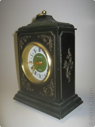 После бывших жильцов нашей квартиры у нас остались старые часы. Я их отмыла, почистила, дед много раз относил их в мастерскую, но после нескольких мастерских часы все равно постоянно опаздывали и каждый раз на новое время. фото 2