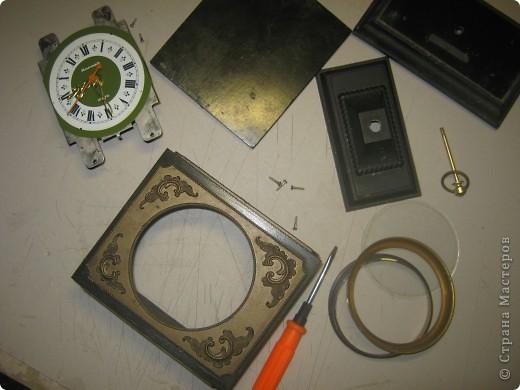 После бывших жильцов нашей квартиры у нас остались старые часы. Я их отмыла, почистила, дед много раз относил их в мастерскую, но после нескольких мастерских часы все равно постоянно опаздывали и каждый раз на новое время. фото 3