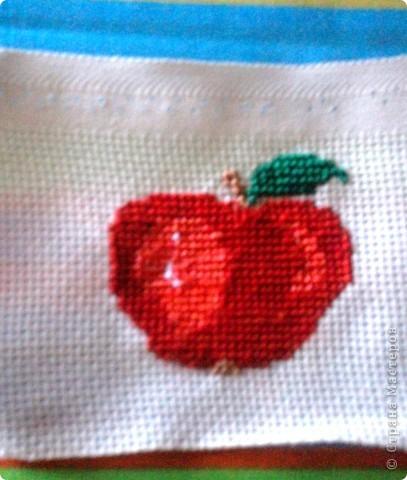 Хочу поделиться давней находкой, как оформить изнаночную сторону вышивки. Это яблоко вышито для игры по скетчу. фото 1