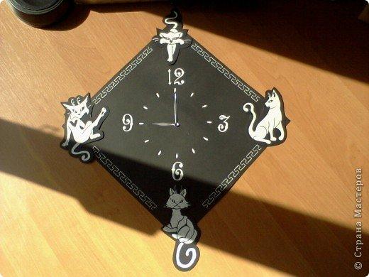 Это мой первый МК, поэтому если будут неточности, пишите. Я покажу, как сделать часы.  Для этого нам понадобится : чёрный ватман 30х30, фанера 30х30, тонкая чёрная бумага, клей ПВА, белая гуашь, циркуль, стрелки и механизм от часов. Сначала рисуем кошек. Они будут украшать наши часы. фото 7