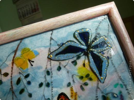 Легкокрылые бабочки  в летний  день.Нежные  крохотные  листочки  березки. фото 2