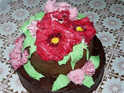 Это мой самый первый торт. Делала свекрови на день рождения. Шоколада на второй ярус не хватило, мазала чем попало(что было все смешала)  Внутри Птичье молоко фото 1