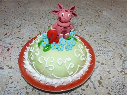 Это мой самый первый торт. Делала свекрови на день рождения. Шоколада на второй ярус не хватило, мазала чем попало(что было все смешала)  Внутри Птичье молоко фото 3