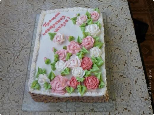 Это мой самый первый торт. Делала свекрови на день рождения. Шоколада на второй ярус не хватило, мазала чем попало(что было все смешала)  Внутри Птичье молоко фото 6