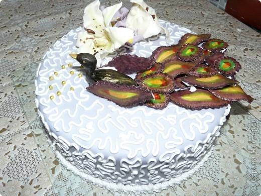 Это мой самый первый торт. Делала свекрови на день рождения. Шоколада на второй ярус не хватило, мазала чем попало(что было все смешала)  Внутри Птичье молоко фото 9