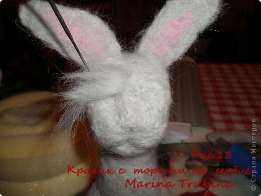 Войлочного кролика с тортиком на сердце сваляла  к Дню Рождения старшего сына  для украшения его подарка!!! Лапки у кролика на ниточном креплении. фото 14