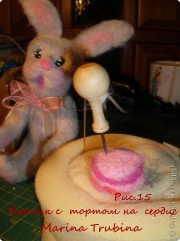 Войлочного кролика с тортиком на сердце сваляла  к Дню Рождения старшего сына  для украшения его подарка!!! Лапки у кролика на ниточном креплении. фото 16