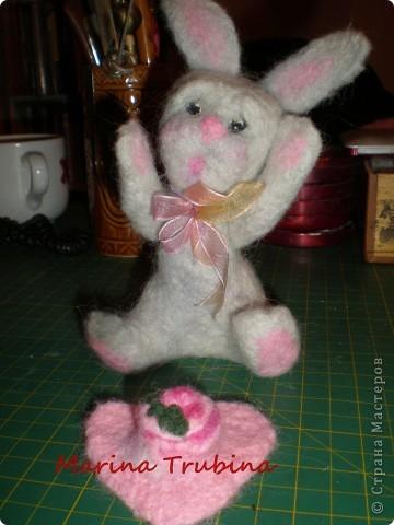 Войлочного кролика с тортиком на сердце сваляла  к Дню Рождения старшего сына  для украшения его подарка!!! Лапки у кролика на ниточном креплении. фото 19