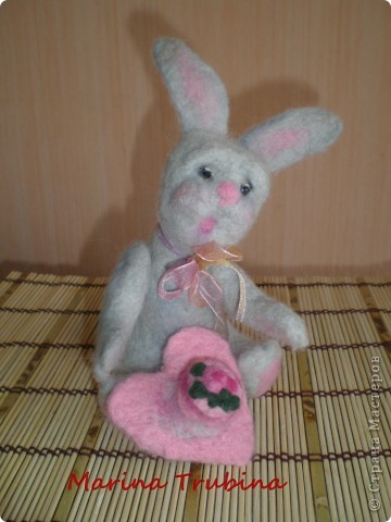 Войлочного кролика с тортиком на сердце сваляла  к Дню Рождения старшего сына  для украшения его подарка!!! Лапки у кролика на ниточном креплении. фото 21