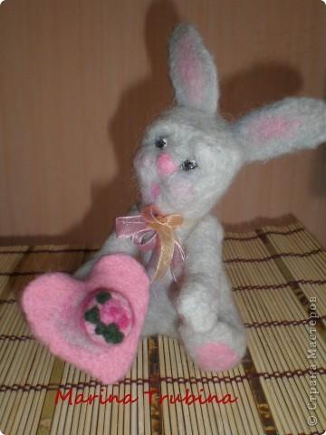 Войлочного кролика с тортиком на сердце сваляла  к Дню Рождения старшего сына  для украшения его подарка!!! Лапки у кролика на ниточном креплении. фото 1