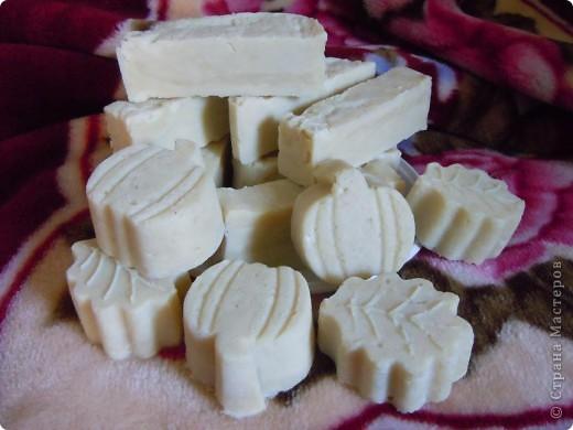 Мыло нулевое.Оливковое масло 70%,масло касторовое,пальмовое,кокосовое по 10%.в качестве пережира масло ши(карите),масло чистотела,шелк.Сварено горячим способом. фото 1