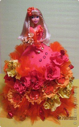 Хочу Вам описать как делаю куклы из конфет, вернее их платья. Так получилось, что на этот раз я делала две куклы параллельно и такой же получился и МК. фото 23