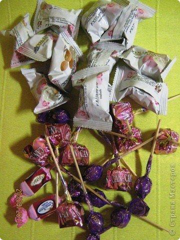 Хочу Вам описать как делаю куклы из конфет, вернее их платья. Так получилось, что на этот раз я делала две куклы параллельно и такой же получился и МК. фото 26