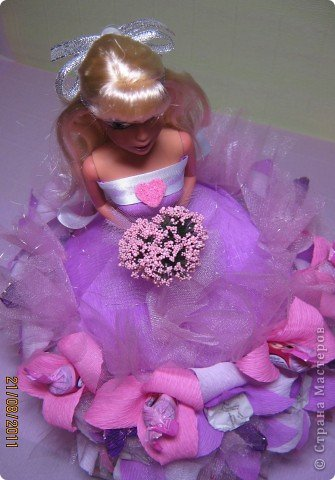 Хочу Вам описать как делаю куклы из конфет, вернее их платья. Так получилось, что на этот раз я делала две куклы параллельно и такой же получился и МК. фото 33
