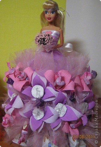 Хочу Вам описать как делаю куклы из конфет, вернее их платья. Так получилось, что на этот раз я делала две куклы параллельно и такой же получился и МК. фото 36