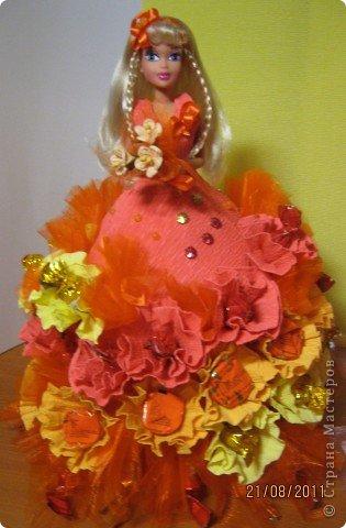 Хочу Вам описать как делаю куклы из конфет, вернее их платья. Так получилось, что на этот раз я делала две куклы параллельно и такой же получился и МК. фото 37