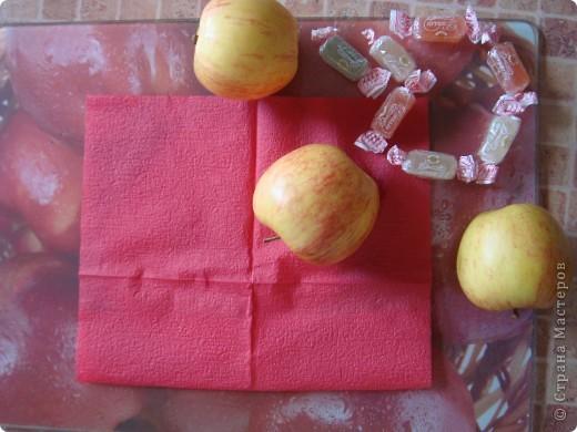 Вот она - моя открытка.Сделана она из разделочной доски с изображением яблок, салфетки, яблок , и конфет.(Извините , перевернуть почему -то не получилось...) фото 1