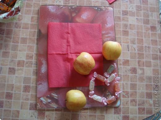 Вот она - моя открытка.Сделана она из разделочной доски с изображением яблок, салфетки, яблок , и конфет.(Извините , перевернуть почему -то не получилось...) фото 2