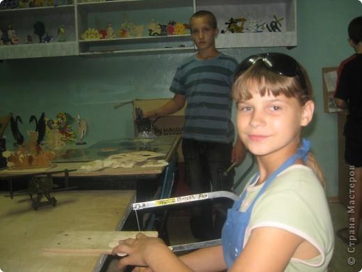"""Павлина Лыжова является учащейся интерната г. Саратова. На занятиях в мастерской ДОЛ """"Ласточка""""  не уступает по качеству и скорости выполнения работ мальчишкам. Хотя этим летом начала выпиливать впервые в жизни, но уже успела заработать грамоту за успехи в работе. фото 3"""
