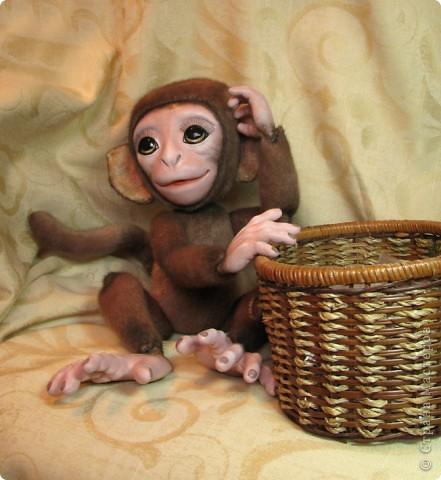Представляю вашему вниманию мою Люсечку)) Работа над обезьянкой меня охватила полностью! Я очень долго мечтала о ней, но заказы были на первом месте, и создание этой непоседы все откладывала на потом, а потом так и не наступало. Но, тут я просто не выдержала, отложила все на задний план и решила дать жизнь моей Люсечки)) Пошита девочка из искуственного меха, тонирована акрилом. Ручки, ножки и голова на болтах. Суставы на нитяном креплении Люблю ее так сильно, как только возможно)) От создании выкройки, до завершающего штриха прошло около 3х недель. Самое сложное и долгое - вылепить детали, как можно реалистичнее. А вот как сделать голову с лепленным лицом, да еще и на болтовом креплении, и обтянутое мехом.. Над этим долго ломала голову. Наполнена обезьянка опилками и стеклянными шариками. Получилась довольно тяжеленькая. фото 2