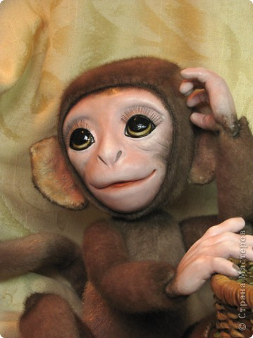 Представляю вашему вниманию мою Люсечку)) Работа над обезьянкой меня охватила полностью! Я очень долго мечтала о ней, но заказы были на первом месте, и создание этой непоседы все откладывала на потом, а потом так и не наступало. Но, тут я просто не выдержала, отложила все на задний план и решила дать жизнь моей Люсечки)) Пошита девочка из искуственного меха, тонирована акрилом. Ручки, ножки и голова на болтах. Суставы на нитяном креплении Люблю ее так сильно, как только возможно)) От создании выкройки, до завершающего штриха прошло около 3х недель. Самое сложное и долгое - вылепить детали, как можно реалистичнее. А вот как сделать голову с лепленным лицом, да еще и на болтовом креплении, и обтянутое мехом.. Над этим долго ломала голову. Наполнена обезьянка опилками и стеклянными шариками. Получилась довольно тяжеленькая. фото 1