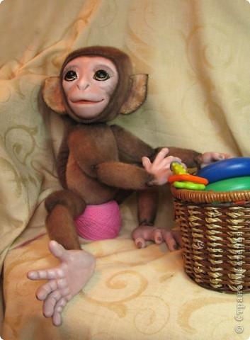 Представляю вашему вниманию мою Люсечку)) Работа над обезьянкой меня охватила полностью! Я очень долго мечтала о ней, но заказы были на первом месте, и создание этой непоседы все откладывала на потом, а потом так и не наступало. Но, тут я просто не выдержала, отложила все на задний план и решила дать жизнь моей Люсечки)) Пошита девочка из искуственного меха, тонирована акрилом. Ручки, ножки и голова на болтах. Суставы на нитяном креплении Люблю ее так сильно, как только возможно)) От создании выкройки, до завершающего штриха прошло около 3х недель. Самое сложное и долгое - вылепить детали, как можно реалистичнее. А вот как сделать голову с лепленным лицом, да еще и на болтовом креплении, и обтянутое мехом.. Над этим долго ломала голову. Наполнена обезьянка опилками и стеклянными шариками. Получилась довольно тяжеленькая. фото 5