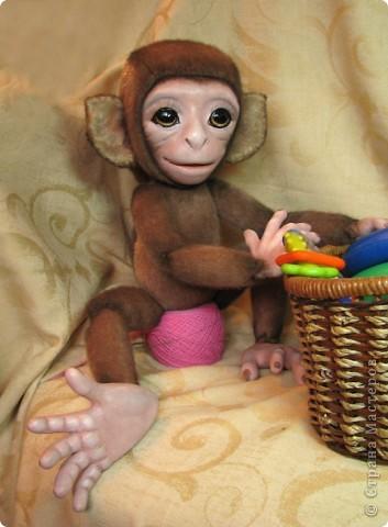 Представляю вашему вниманию мою Люсечку)) Работа над обезьянкой меня охватила полностью! Я очень долго мечтала о ней, но заказы были на первом месте, и создание этой непоседы все откладывала на потом, а потом так и не наступало. Но, тут я просто не выдержала, отложила все на задний план и решила дать жизнь моей Люсечки)) Пошита девочка из искуственного меха, тонирована акрилом. Ручки, ножки и голова на болтах. Суставы на нитяном креплении Люблю ее так сильно, как только возможно)) От создании выкройки, до завершающего штриха прошло около 3х недель. Самое сложное и долгое - вылепить детали, как можно реалистичнее. А вот как сделать голову с лепленным лицом, да еще и на болтовом креплении, и обтянутое мехом.. Над этим долго ломала голову. Наполнена обезьянка опилками и стеклянными шариками. Получилась довольно тяжеленькая. фото 6
